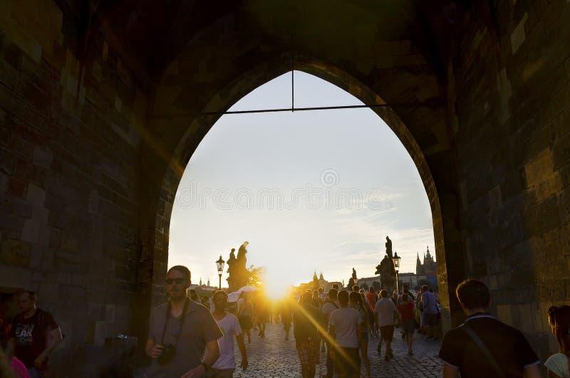 查尔斯桥梁的人们在一张可爱的照片期间的布拉格在一个长的曝光HDR图象行动blured 免版税库存图片