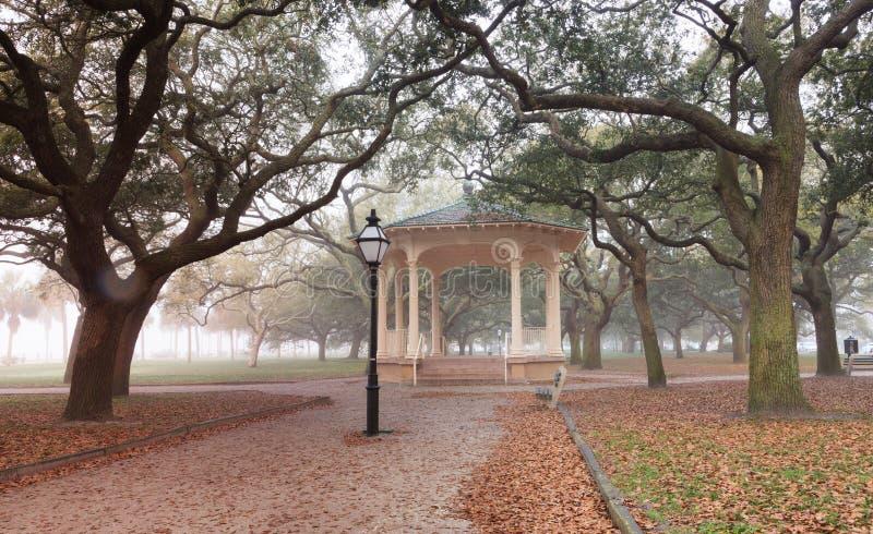 查尔斯顿南卡罗来纳有雾的早晨巴特里公园 库存照片