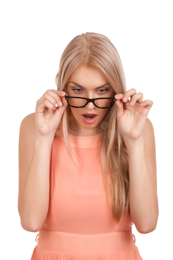 查找下来在玻璃的惊奇的白肤金发的妇女 免版税库存图片