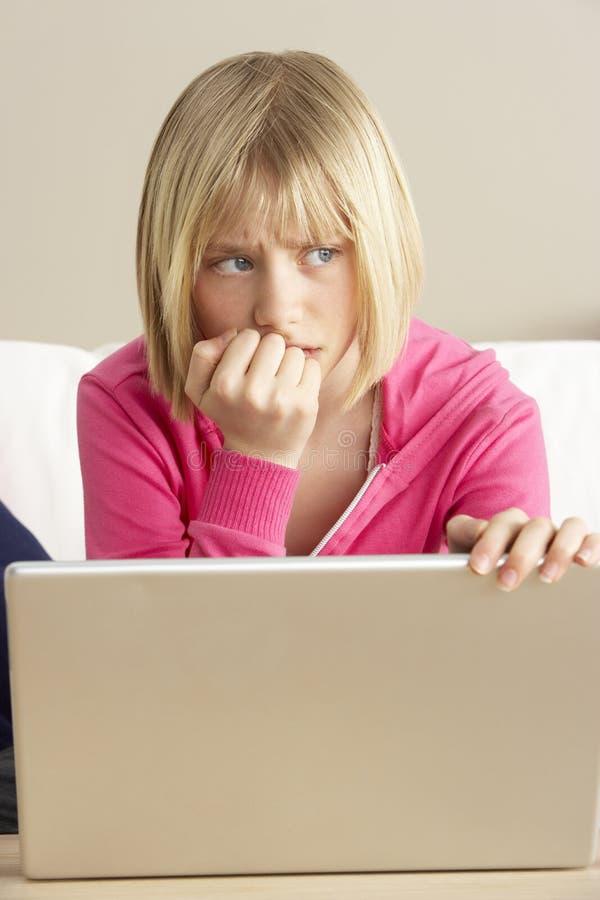 查找使用担心的女孩膝上型计算机 免版税库存照片