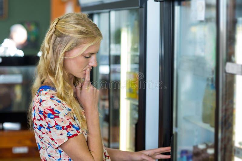 查找冰箱妇女 库存图片