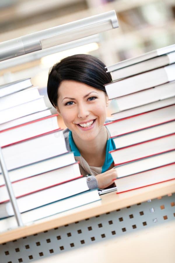 查找在书的愉快的学员 免版税库存图片