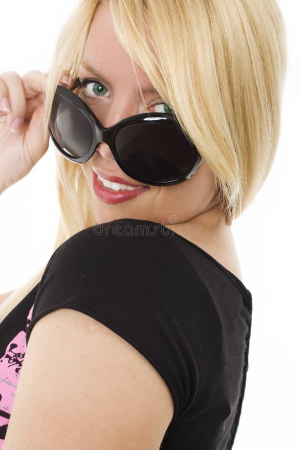 查找在太阳镜顶部妇女年轻人的她 免版税图库摄影