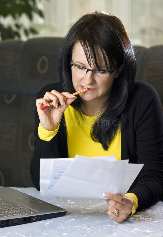 查找在文书工作妇女 免版税图库摄影