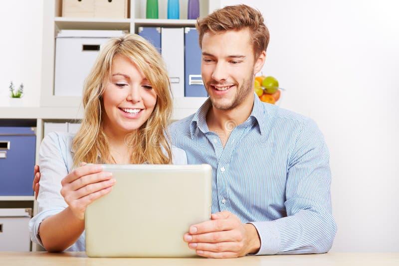 查找在片剂计算机上的夫妇 库存图片
