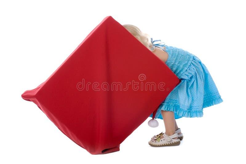 查找在配件箱的女孩为礼品 免版税库存照片