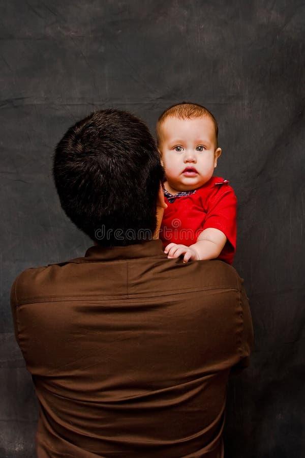 查找在s肩膀的小父亲 免版税库存照片