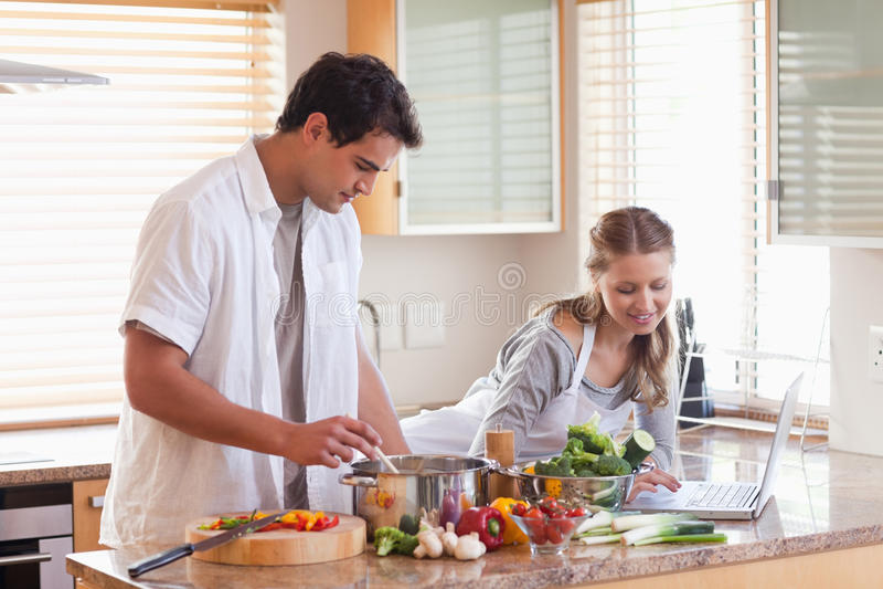 查找妇女的互联网食谱 免版税库存图片