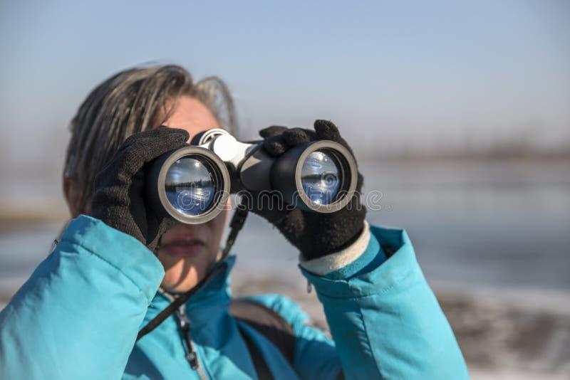 查找妇女的双筒望远镜 库存图片