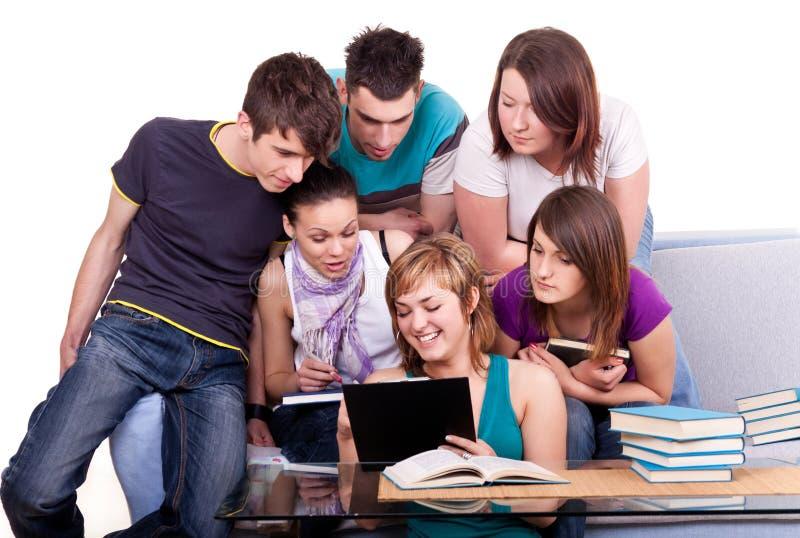 Download 查找学员的书 库存照片. 图片 包括有 妇女, 小组, 大学, 学员, 青少年, 教育, 钉书匠, 学院 - 15690120