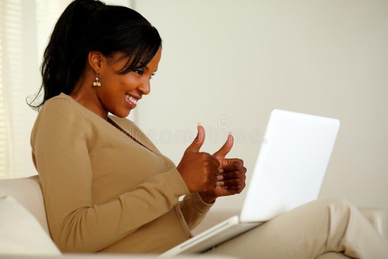 查找对膝上型计算机屏幕的正少妇 库存照片