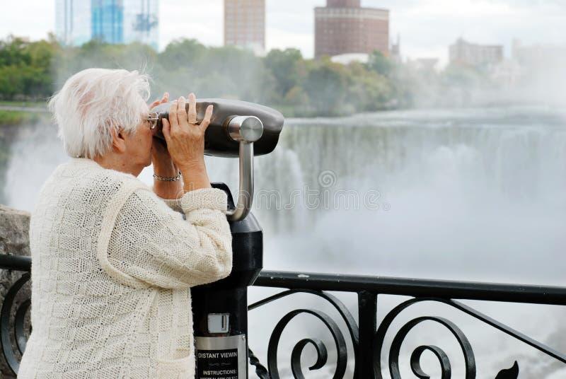 查找尼亚加拉妇女的美国年长的人秋&# 免版税库存照片