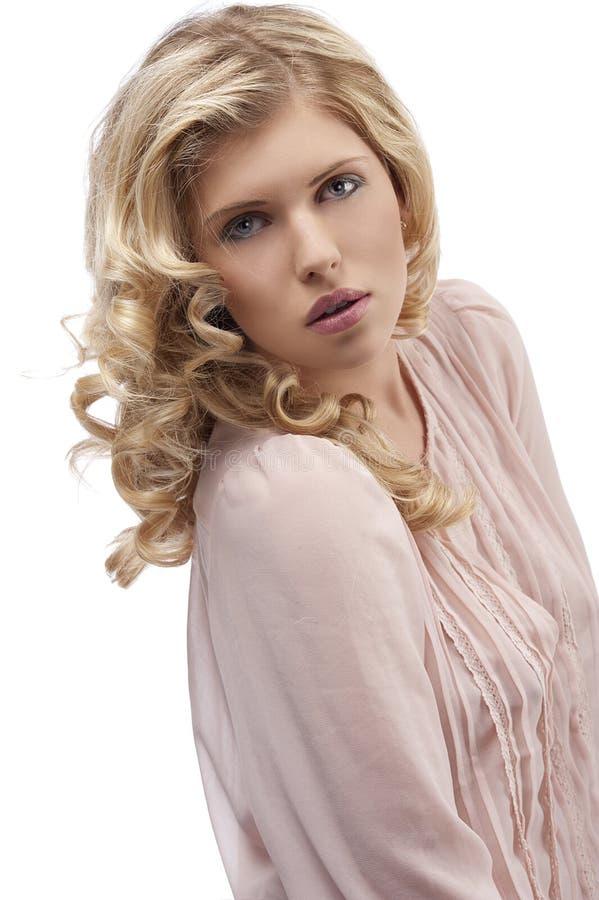 查找往年轻人的白肤金发的卷曲女孩&# 免版税库存图片