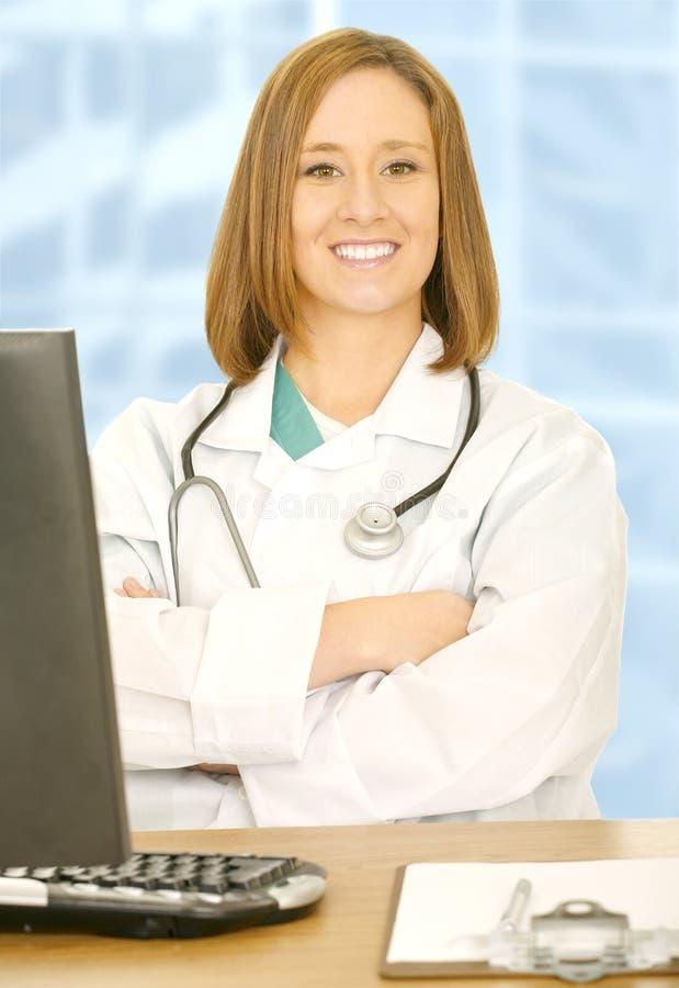 查找微笑妇女的照相机医生 免版税库存图片