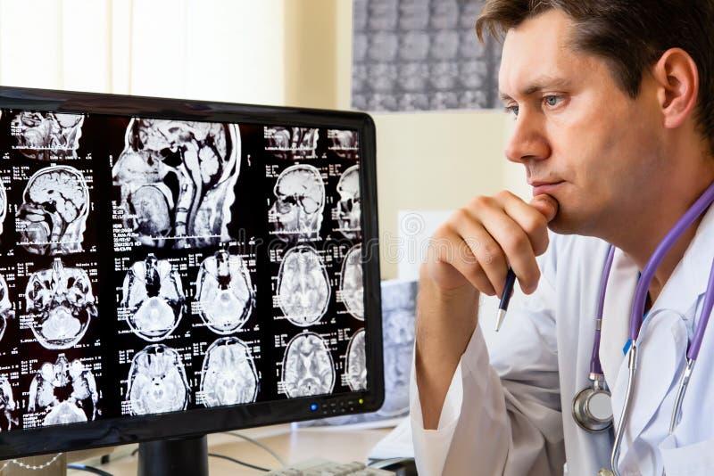 查找扫描的ct医生 免版税库存图片