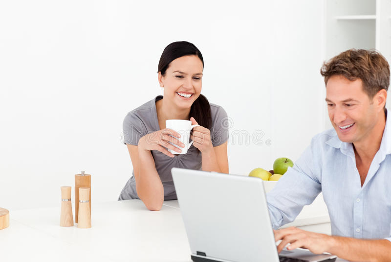 查找某事的快乐的夫妇互联网 免版税库存照片