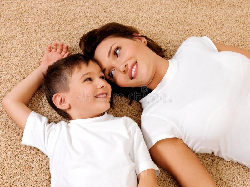 查找母亲的儿童表面 免版税库存照片