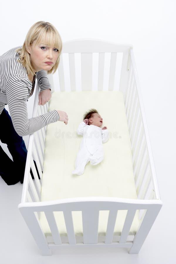 查找母亲的婴儿床强调 免版税库存照片