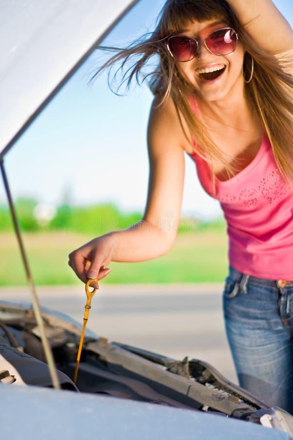 查找汽车的女孩下 库存图片