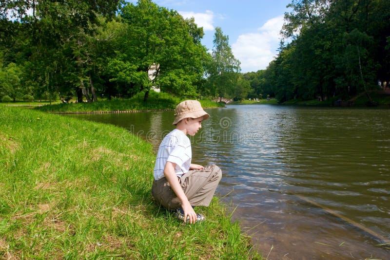 查找河的男孩 图库摄影