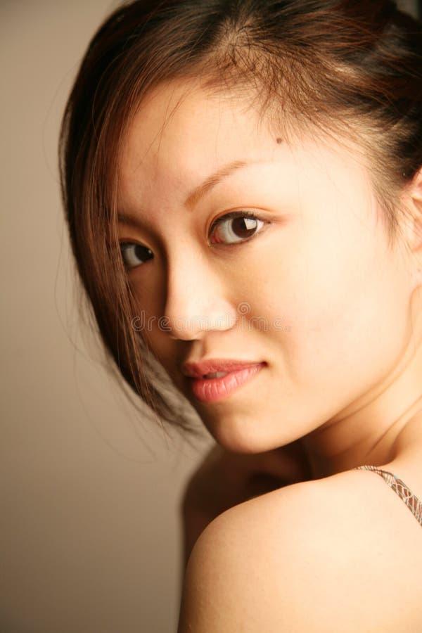 查找浏览器的亚裔女孩 免版税图库摄影
