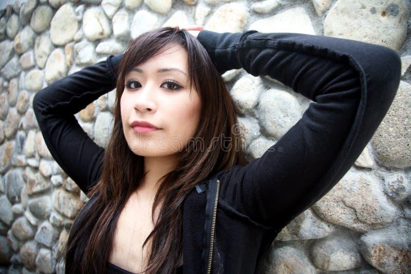 黑人战亚裔女_查找浏览器的亚裔美丽的黑人女孩