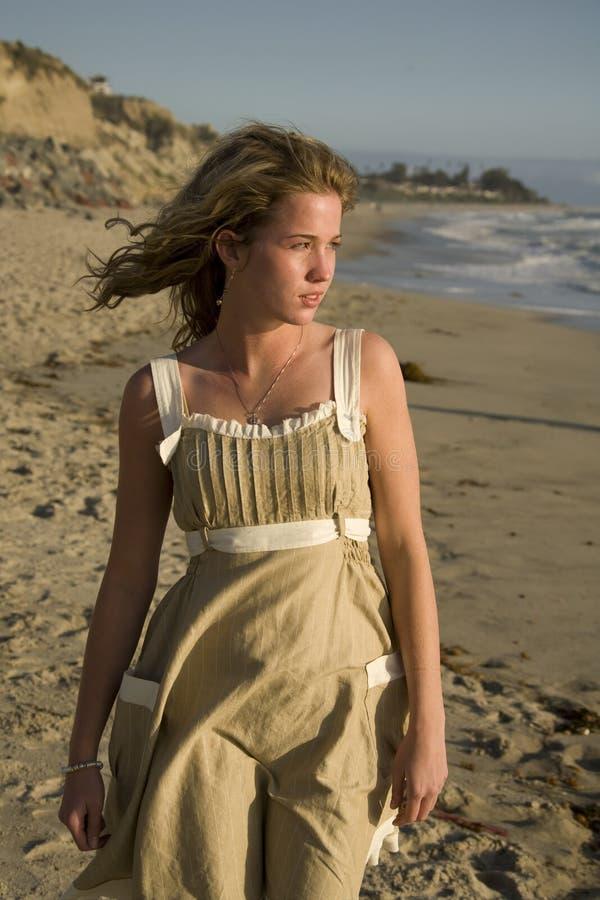 查找海洋年轻人的女孩 免版税图库摄影