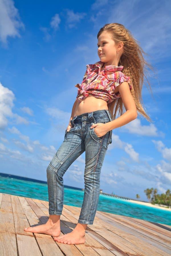 查找海洋的女孩对年轻人 免版税图库摄影