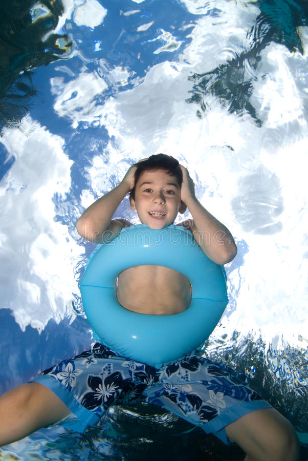 查找游泳的男孩 免版税库存照片