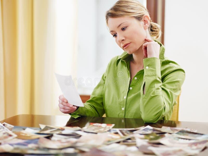 查找照片妇女 免版税图库摄影
