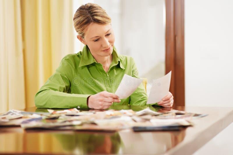 查找照片妇女 免版税库存图片