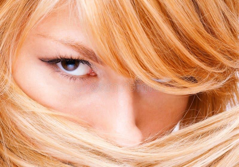 查找照相机的白肤金发的女孩 免版税库存照片