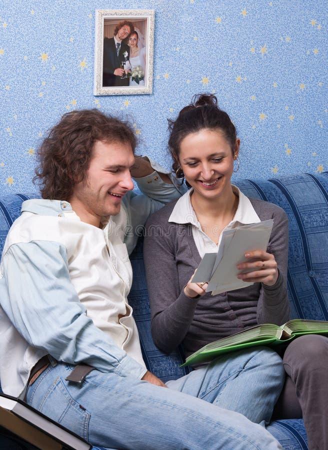 查找系列册页的夫妇 免版税库存照片