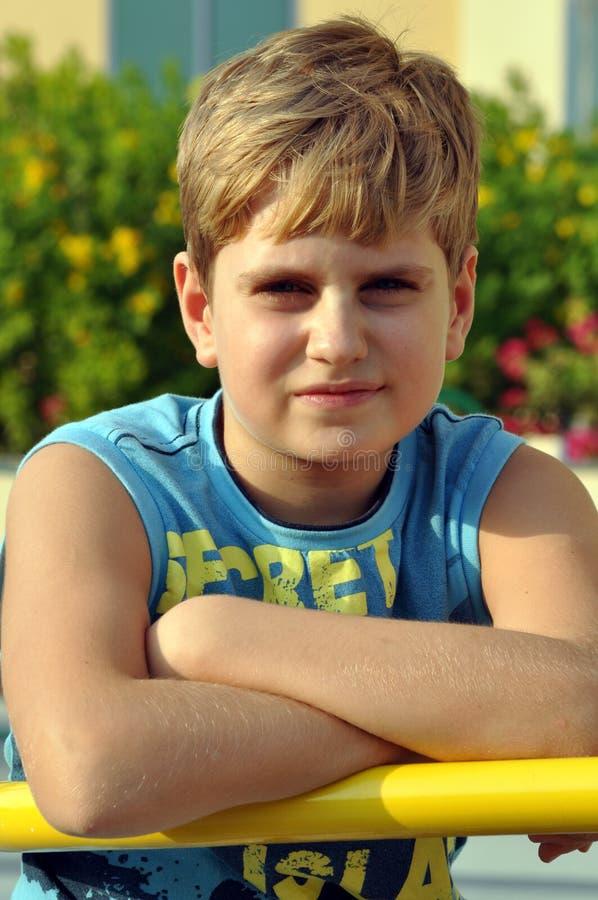 查找纵向的白肤金发的男孩照相机 免版税图库摄影
