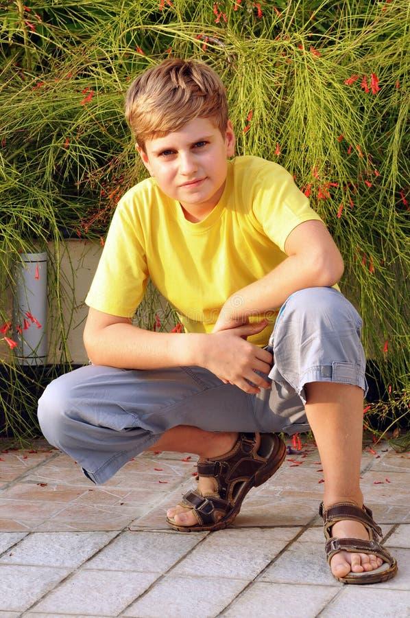 查找纵向的白肤金发的男孩照相机 免版税库存照片