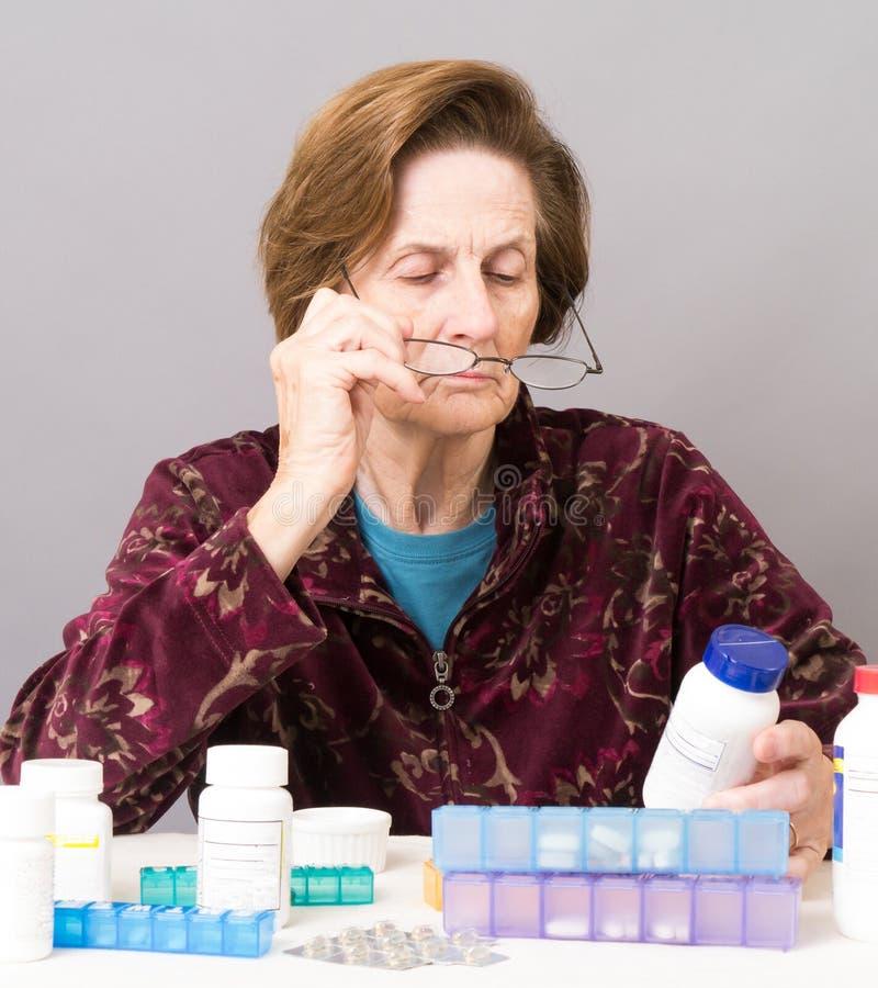 查找药片前辈妇女的她 库存照片