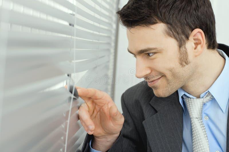 查找视窗的生意人 库存图片