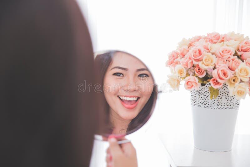 Download 查找镜子妇女 库存图片. 图片 包括有 姿势, 干净, 使徒, 眼睛, 反映, 附子, 藏品, 设计, 聚会所 - 62528985