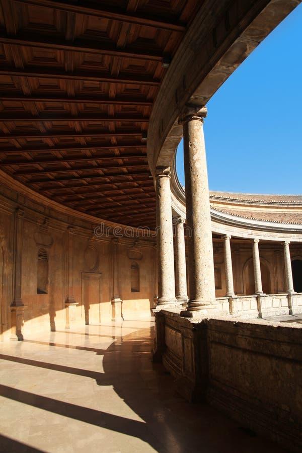查理五世宫殿的庭院在阿尔罕布拉宫,格拉纳达,西班牙 免版税库存图片