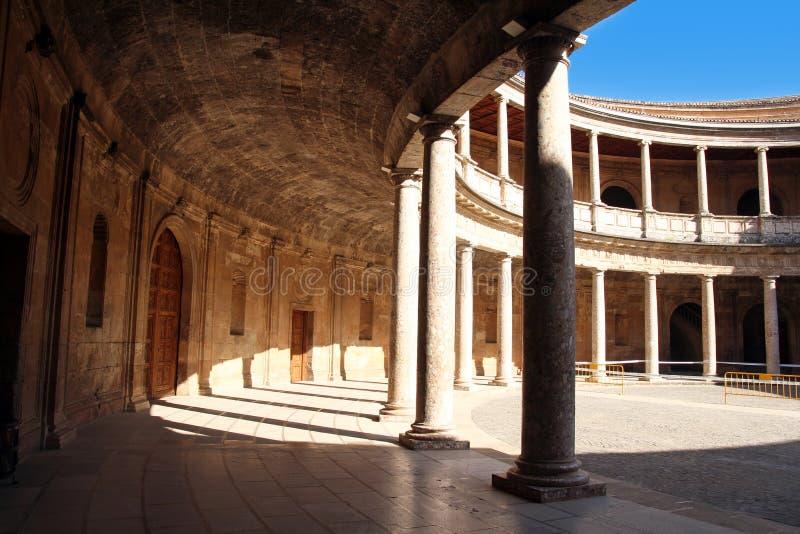 查理五世宫殿的庭院在阿尔罕布拉宫,格拉纳达,西班牙 免版税库存照片