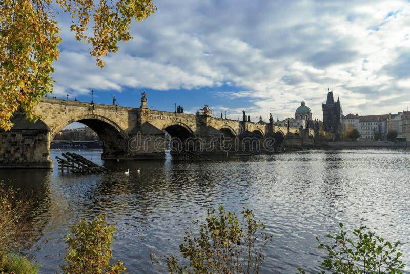 查理大桥全景和Vltva在布拉格, Czechia 库存照片