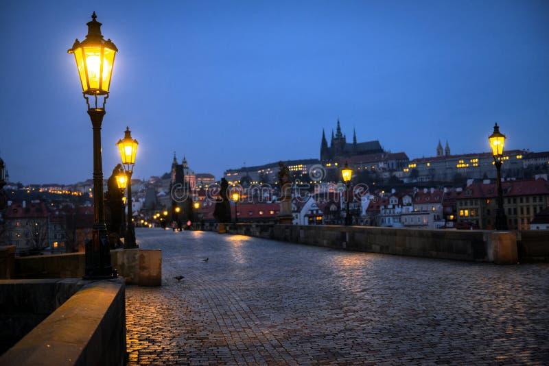 查理大桥在布拉格在黎明捷克 免版税库存照片