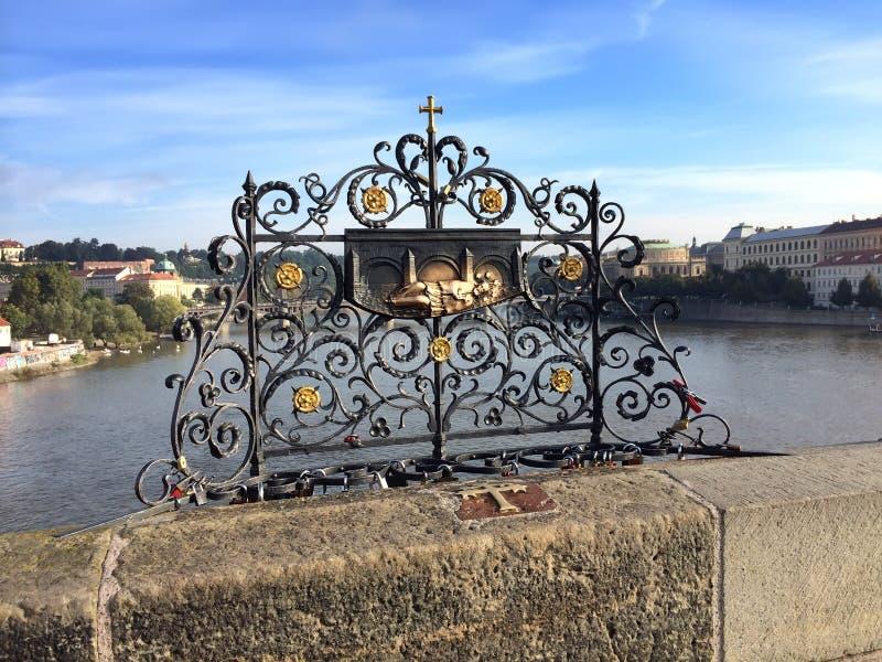 查理大桥,布拉格,捷克 内波穆克圣约翰被投掷入河的装饰格子 免版税库存照片