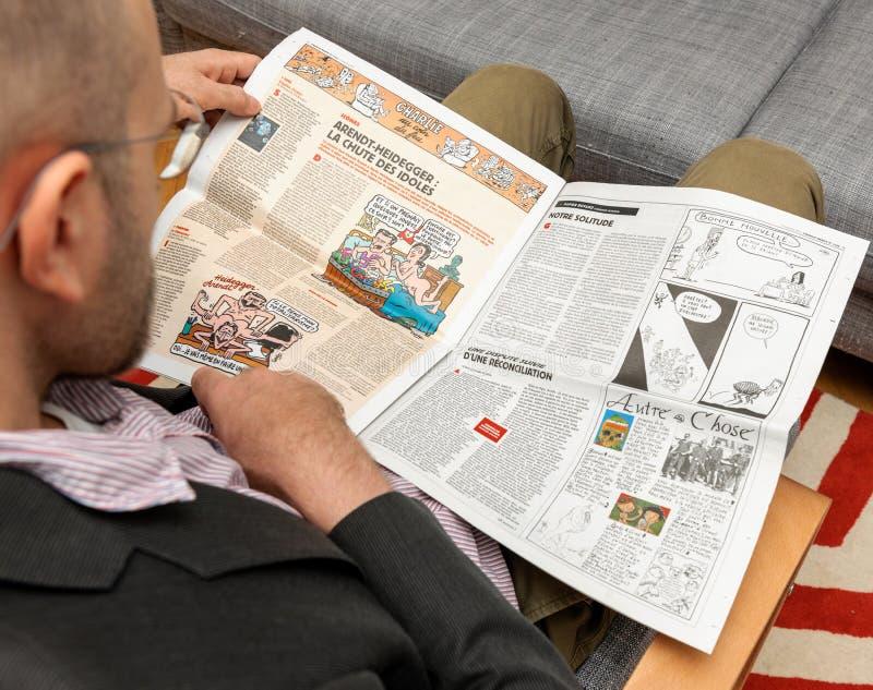 读查理Hebdo的人我们的孑然文章 免版税库存照片
