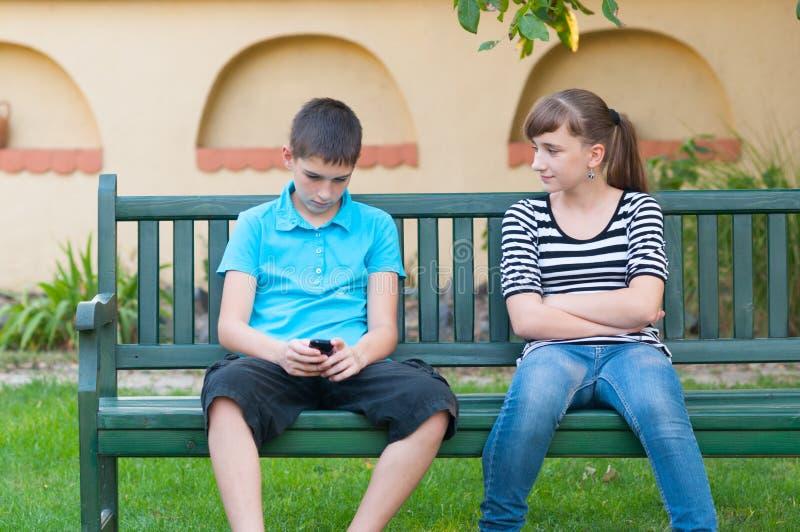 查看充满爱的十几岁的女孩冷漠十几岁的男孩 免版税库存照片