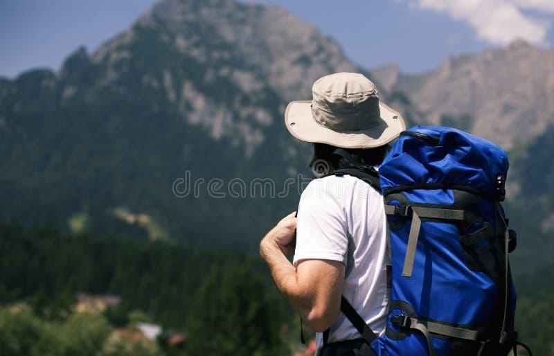 查看山的人 图库摄影