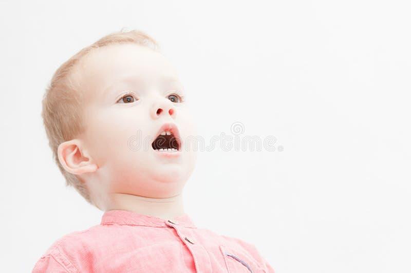 查看照相机的可爱的新愉快的男孩照片 免版税库存图片