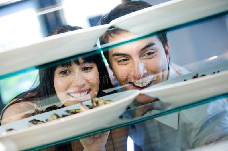 查看食物的夫妇 免版税库存照片