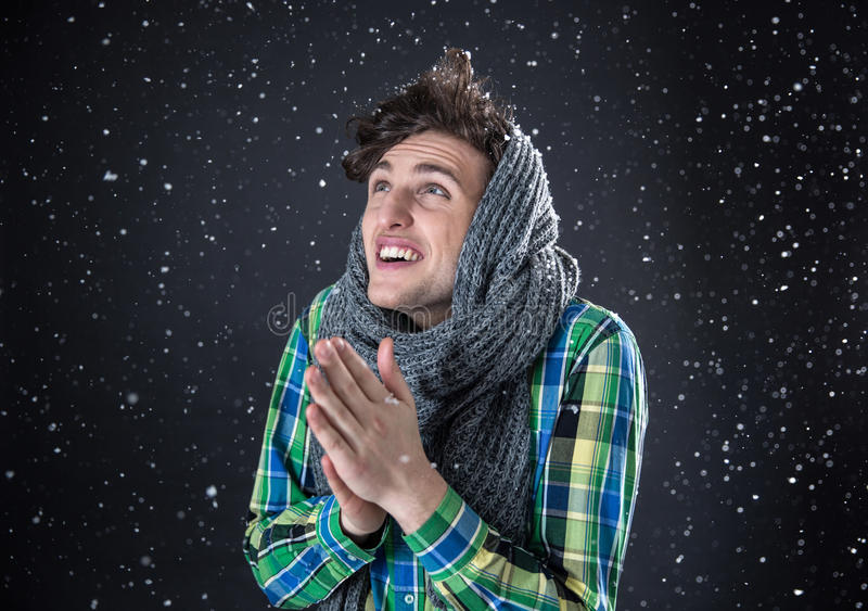 查寻与雪的愉快的年轻人 免版税库存照片