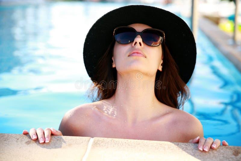 查寻在游泳池的妇女 库存照片